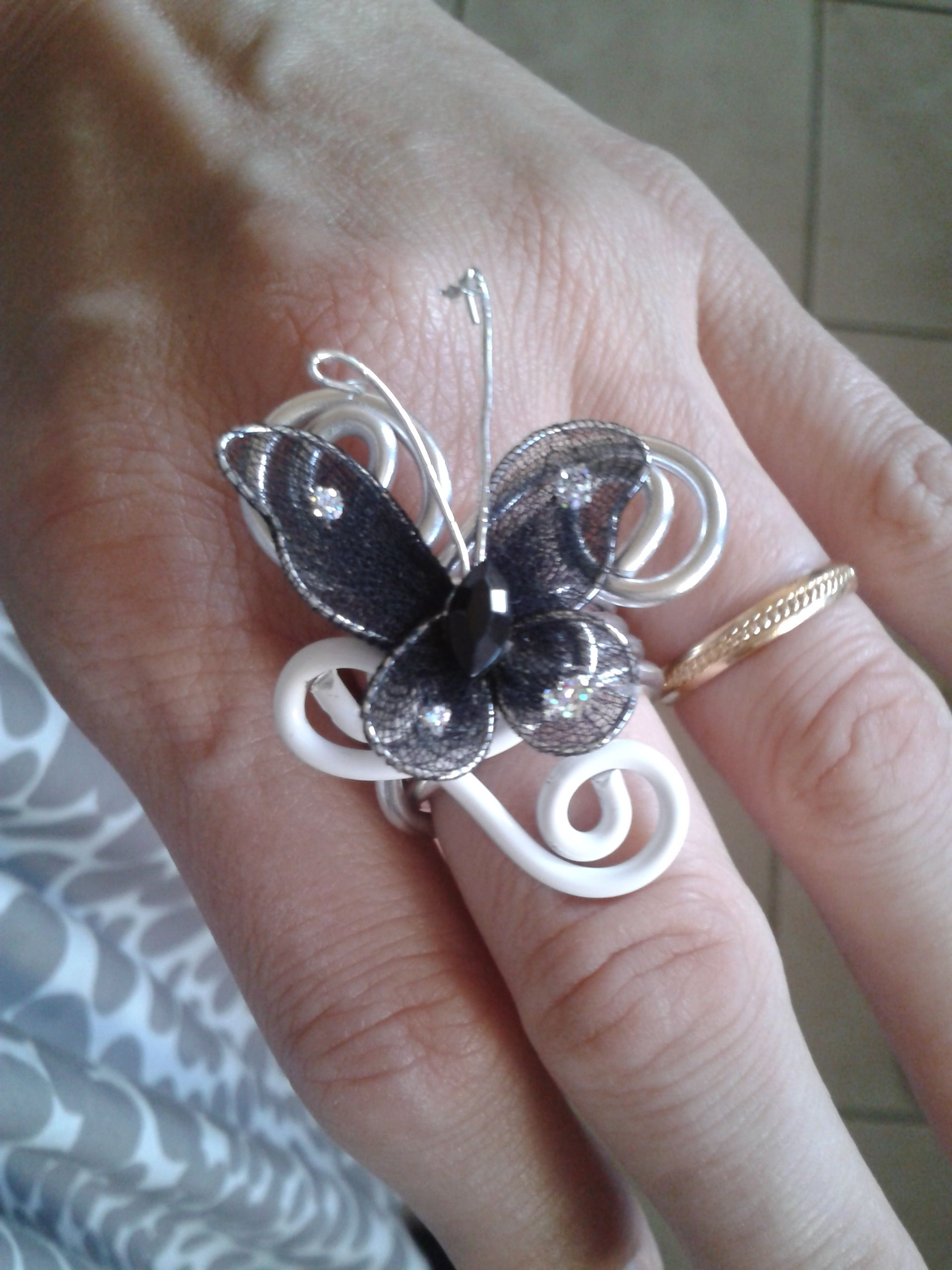bague aline sur fil alu argent et blanc avec papillon. Black Bedroom Furniture Sets. Home Design Ideas